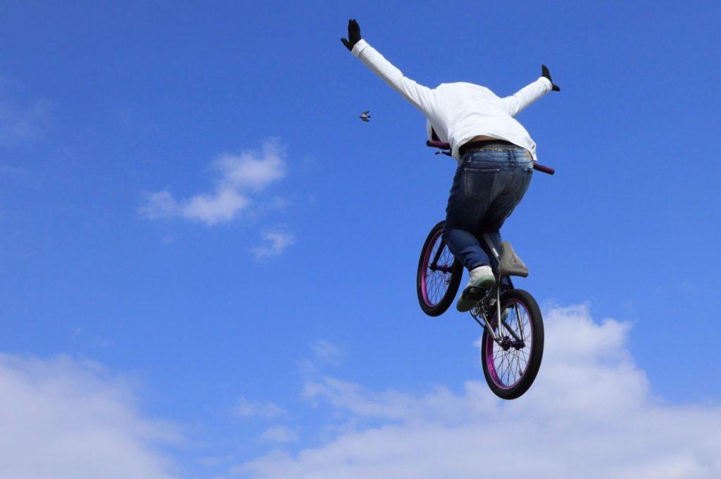 BMXの飛んでるところの写真
