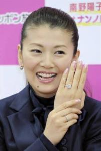 南野陽子さんが結婚指輪を見せているところ