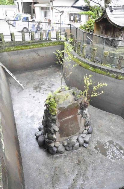 海南神社で池の水が抜かれ、姿を現した石碑
