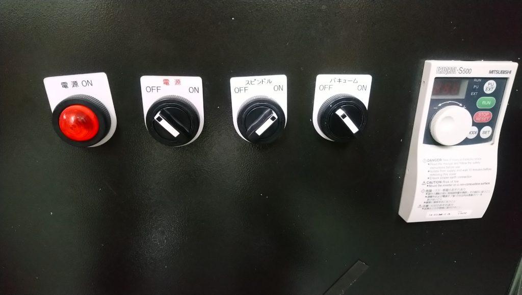 機械に貼っている銘板