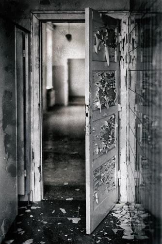 パラレルワールドの世界の扉の画像