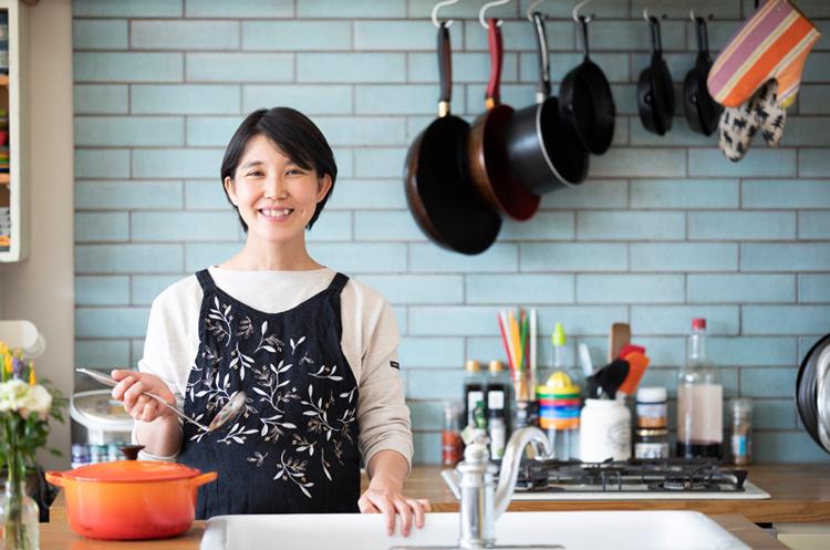タサン志麻さんの家庭の調理場にいる