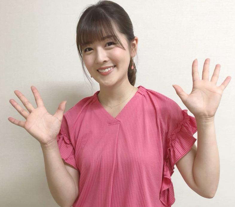 中村秀香さんが両手を広げて笑っているところ