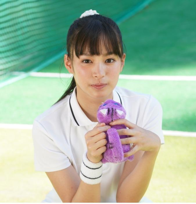 関水渚テニスの服を着ている