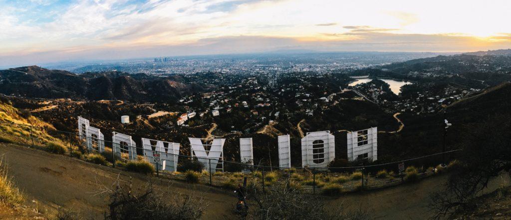 アメリカのロサンジェルスにあるハリウッドの看板の後ろからの写真