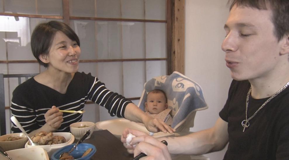 タサン志麻さんが家族と団らんしているところ