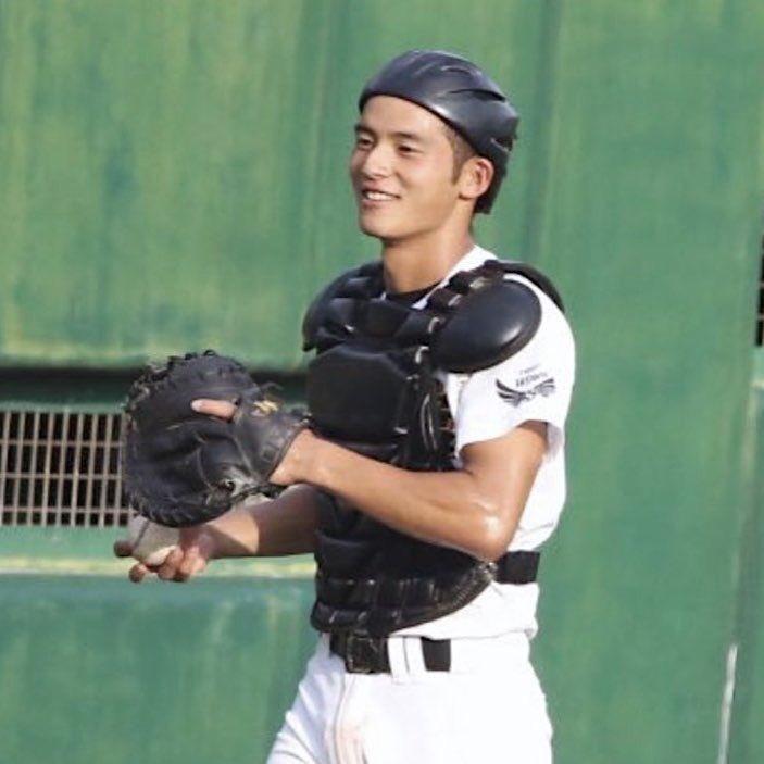 岡田健史の高校時代の野球をしているところ