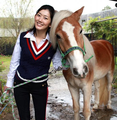 佐藤藍子と馬の写真