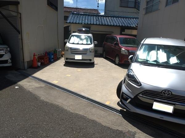 車2台と1台が縦に並んでいる