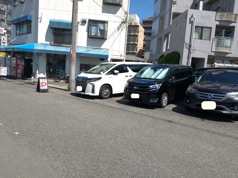 3台車が駐車場にある