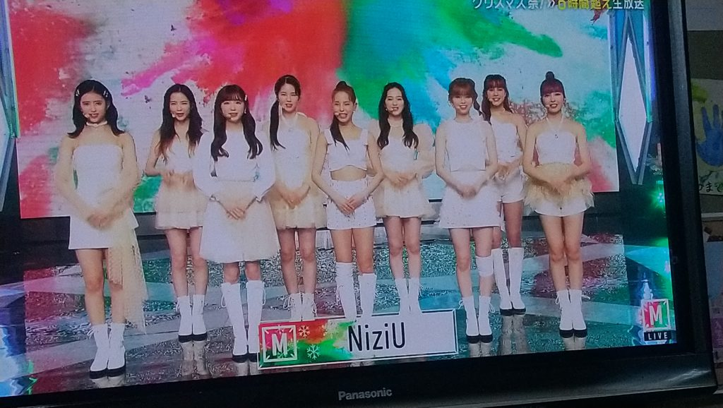 NIZIUのメンバーが並んでいる時の写真(mステ)
