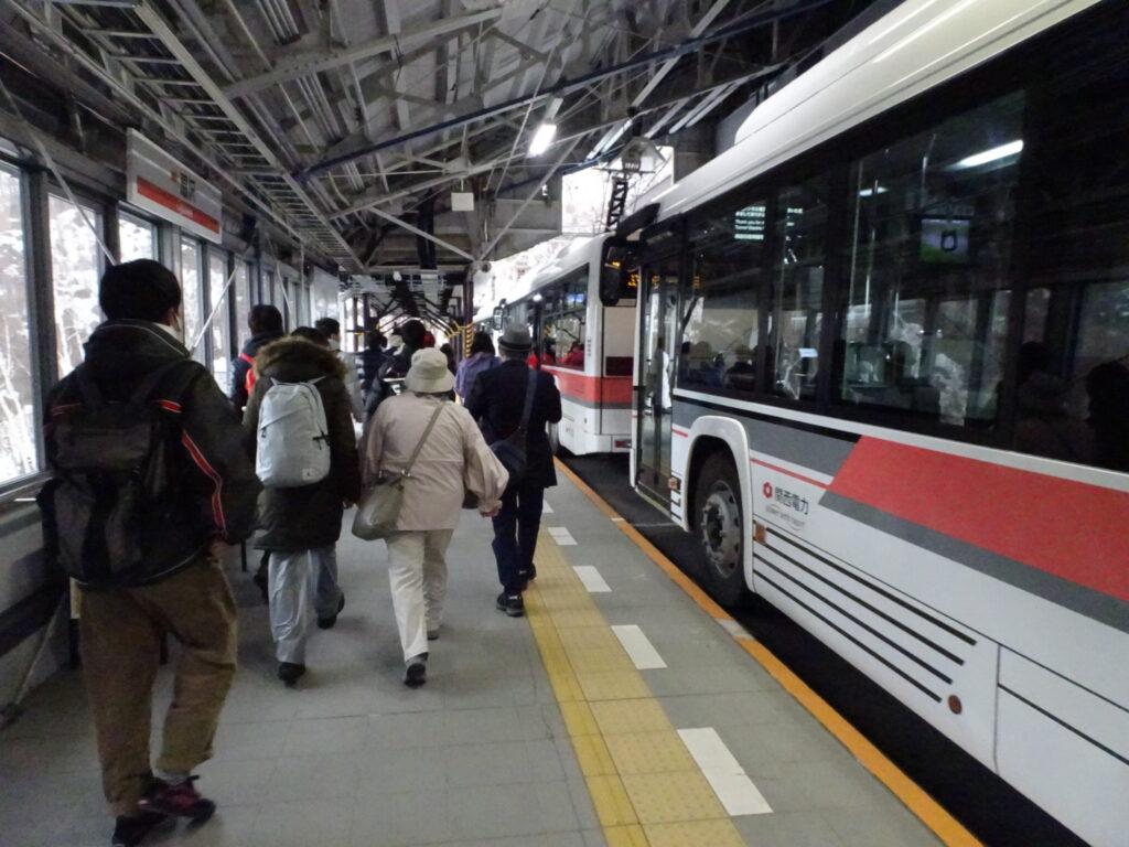 扇沢駅でバスに乗り込むときの写真