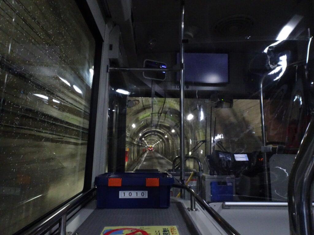 黒部ダムに続くバスで行くトンネルの風景